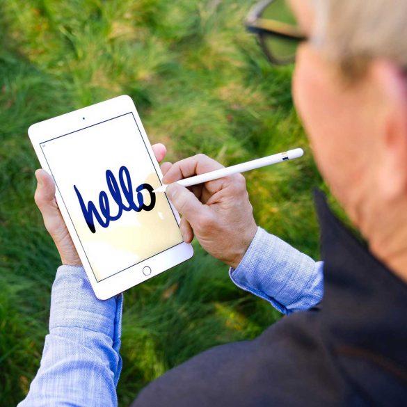 Tim-Cook-Drawing-on-new-iPad-Mini-with-Apple-Pencil