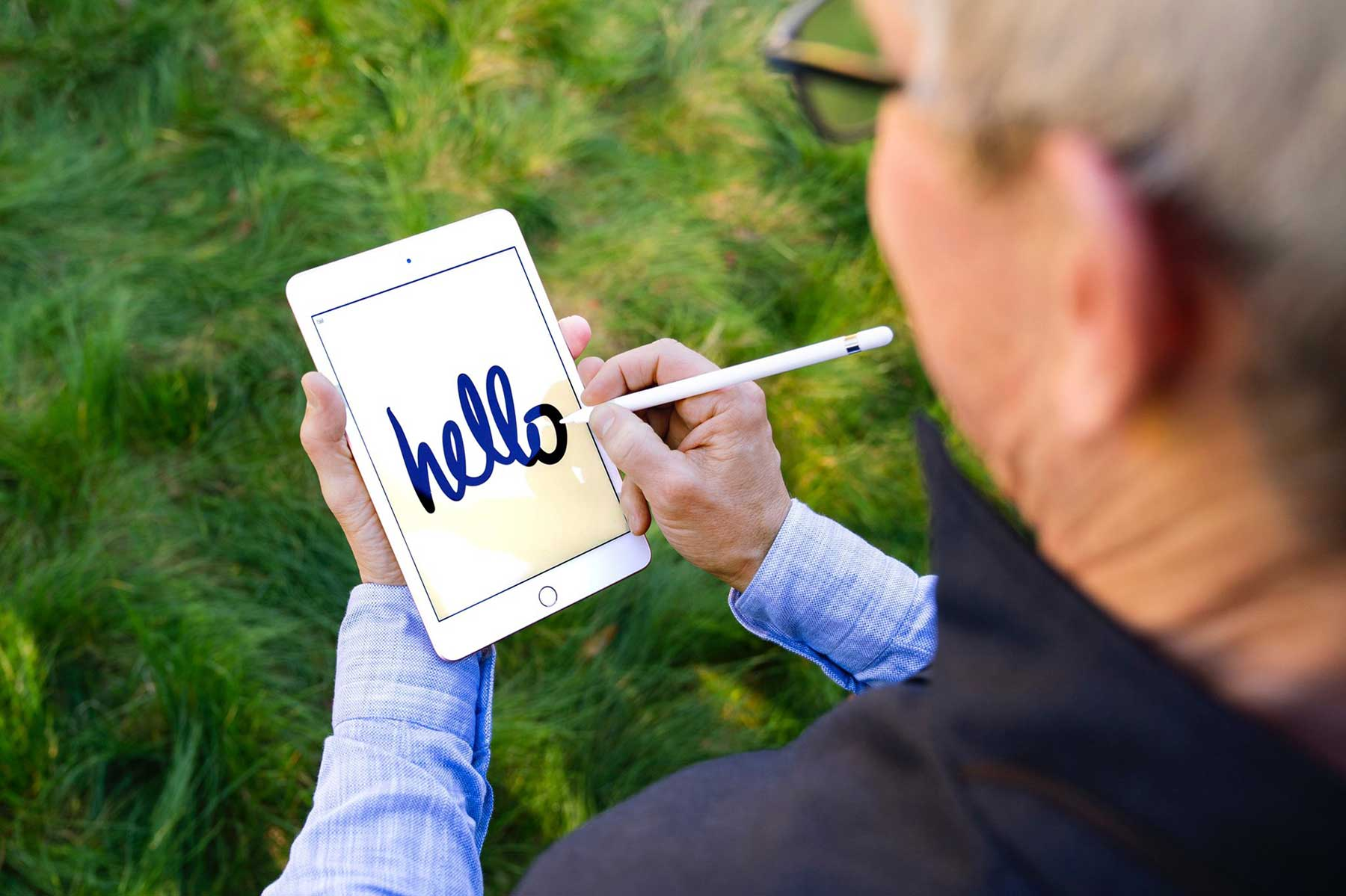 Tim-Cook-Drawing-on-new-iPad-Mini-with-Apple-Pencil